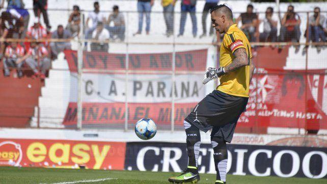 En el peor momento de Atlético Paraná, Migliore se divierte jugando al fútbol con amigos