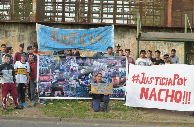 Los amigos de Nacho armaron banderas para recordarlo. Foto UNO Juan Manuel Hernández.