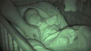 El bebé no se despertó a pesar de las risas de sus padres.