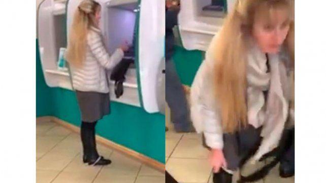 Fue captada con los calzones abajo mientras sacaba dinero del cajero.