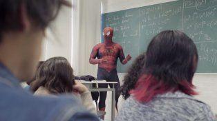 Da clases disfrazado del hombre araña: dice que es feliz así