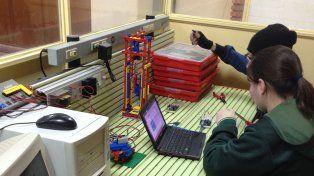 Trabajo en equipo. En el desarrollo de creaciones cada chico cumple una función específica.
