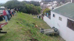 Mala maniobra. El conductor subía por la curva y perdió el control del auto.