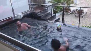 El imperdible duelo Messi y Suárez en el agua