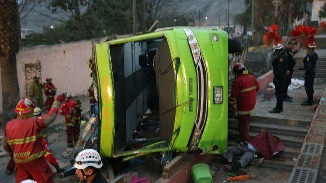 Impresionantes imágenes del vuelco fatal de un micro turístico en Perú