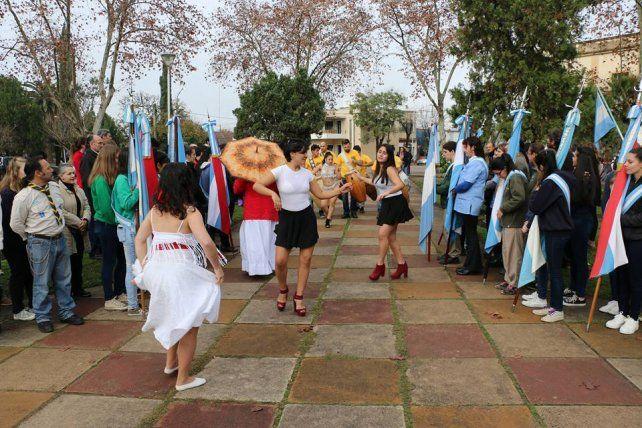 Las bailarinas que acompañaron a la cuerda de tambores.