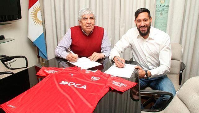 Jonás Gutiérrez firmó su contrato con Independiente
