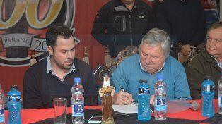 Juan Pablo Pumpido firmó su contrato en la conferencia de prensa. Foto UNO Juan Manuel Hernández