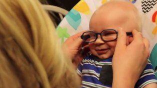 Tierna sonrisa del bebé cuando mira a su mamá por primera vez