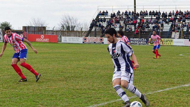 Nahuel Velázquez tuvo un aceptable debut con la 10 del Decano.