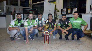 Parte del plantel de Ministerio campeón de la B de futsal visitando la redacción de Diario UNO de Entre Ríos. Foto UNO Mateo Oviedo