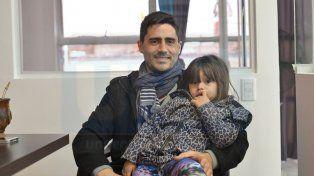 El base de Paraná visitó ayer la redacción de UNO junto a su hija Amalia.