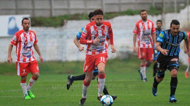 Felipe Cadenazzi viene de marcar ante Almagro y sería titular hoy en Santiago.