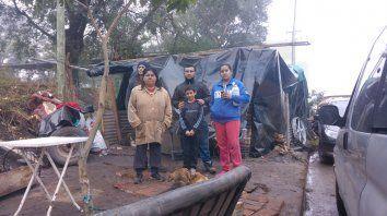 En la trinchera. La familia permanece bajo un plástico en la vereda, frente a lo que fue su lugar.