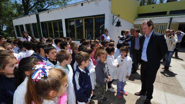 Futuro. El gobernador apuesta a mejorar la calidad de la enseñanza para miles de alumnos.