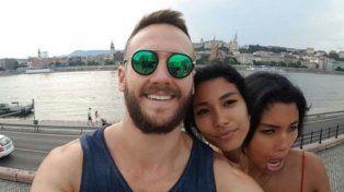 Se sacó una selfie con su novia de dos cabezas y revolucionó las redes