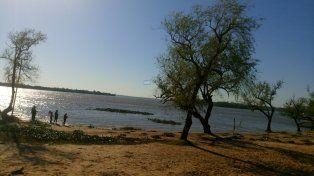 Hoy a mitad de mañana una familia mojarreando en la playa del Municipal.