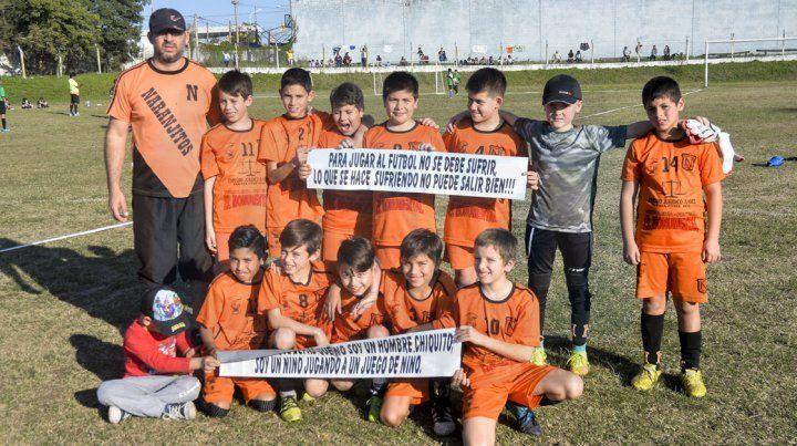 Los chicos de la categoría 2007 de Naranjitos posaron para la foto con los carteles de concientización para los padres. FotoUNOMateo Oviedo