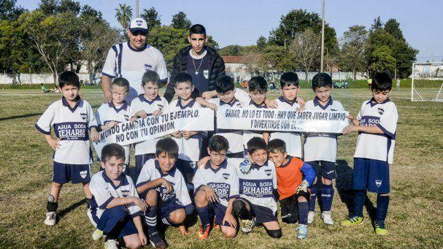Los 2009 de Universitario con los carteles de la campaña sin violencia en el fútbol. FotoUNOMateo Oviedo