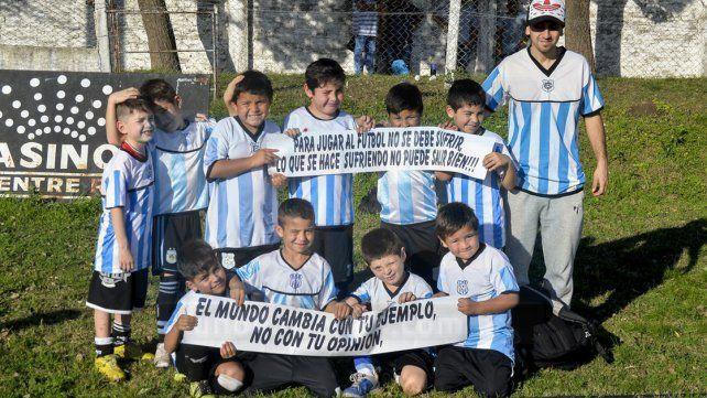 Los peque 2010 de Albiceleste antes de jugar su partido ante EFI. FotoUNOMateo Oviedo