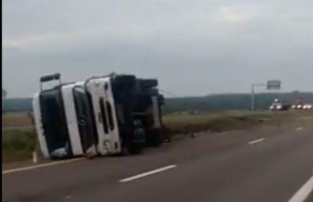 Volcó un camión con 10 autos 0km
