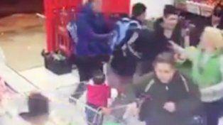 Un bebé quedó en el medio de un tiroteo en un súper chino