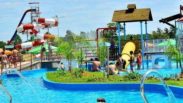 Templado. Las termas y parque acuáticos con aguas cálidas son las principales atracciones.