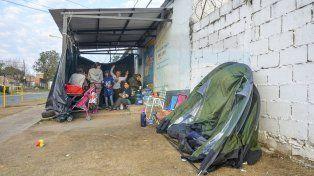 Acampe. Desde el jueves, el grupo de familiares mantiene la manifestación en calle Marcos Sastre.