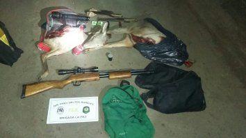 Las armas y los animales decomisados. Foto PER.
