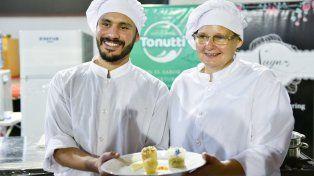 Luciano Olivera y Susana Sidoruk con el plato ganador. Foto prensa Vicegobernación.