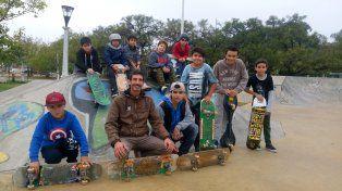 Los integrantes de la escuelita de skate el sábado por la mañana en el skatepark público de Paraná.