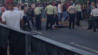 Caos en Caracas: un muerto y al menos tres heridos por disparos desde un colectivo