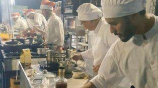 Concentrados. La competencia contó con cuatro equipos que buscaron un plato representativo.