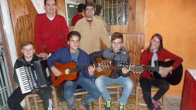 Felices. Los docentes Diego Mait y Luis Farías incentivaron a sus alumnos a participar.