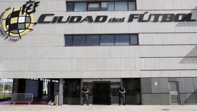 Agentes de la Guardia Civil custodian el acceso principal de la sede de la Federación Española de Fútbol