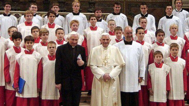 Georg Ratzinger (izquierda) hermano de Benedicto XVI (derecha) dirigió el coro de la catedral de Ratisbona durante 30 años