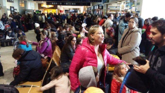 Caos en el aeropuerto de Bariloche: cancelan todos los vuelos y hay 3 mil turistas varados