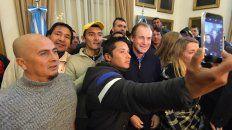 La selfie. Integrantes de la Uocra se toman una foto con el gobernador tras el anuncio.