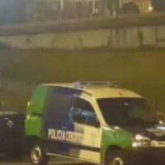Un tiroteo entre dos delincuentes y una policía en un colectivo dejó un muerto