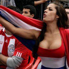 Larissa alentando a la selección paraguaya de fútbol.