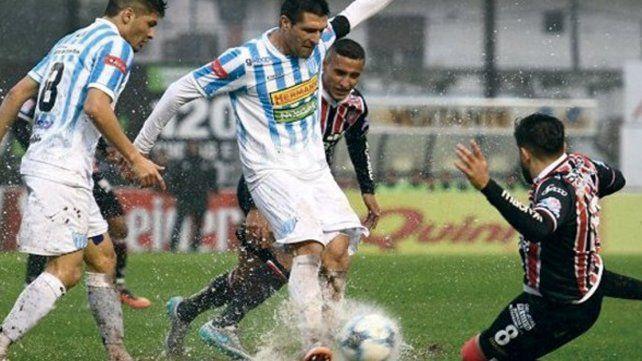 El encuentro fue suspendido por las fuertes lluvias en cancha del Tricolor. Iban igualados 0-0.