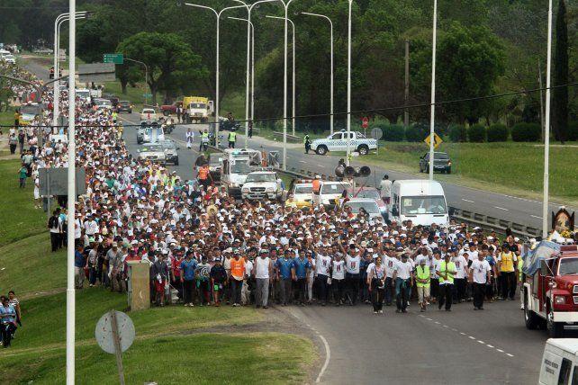 Convocatoria. Miles de peregrinos se congregan cada año para recorrer los 90 kilómetros.