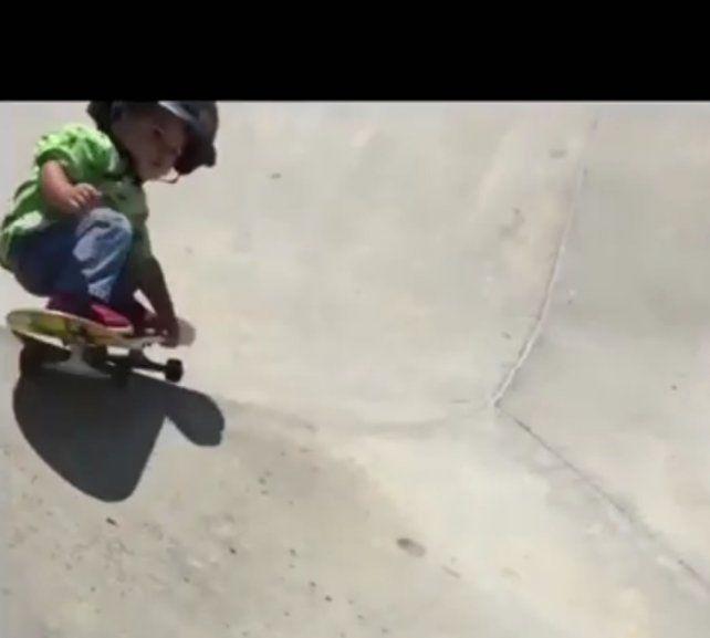 El bebé de un año andando en skate