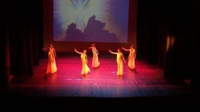 Un espectáculo de danzas con guiños a la comedia musical