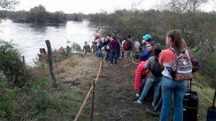 Más de 300 personas por día cruzan el río por el puente caído de la Ruta 12