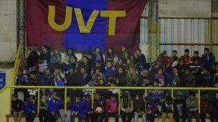 La Unión Vecinal de Trinidad de San Juan (UVT) llegó con mucha hinchada a Paraná y lo demostró en las tribunas durante la competencia. FotoUNOMateo Oviedo