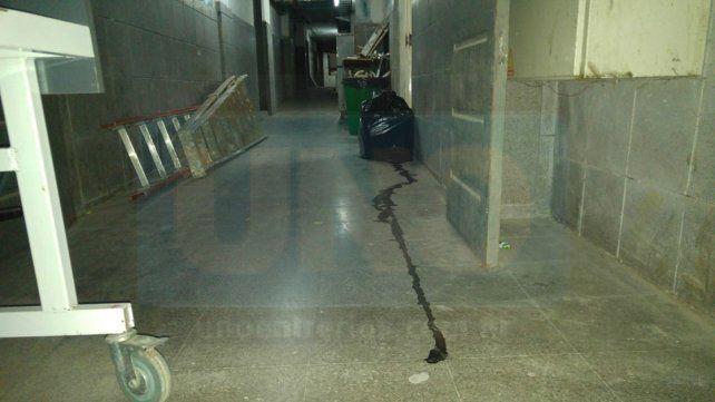 Mugre. Se nota la ausencia de limpieza en cada pasillo.