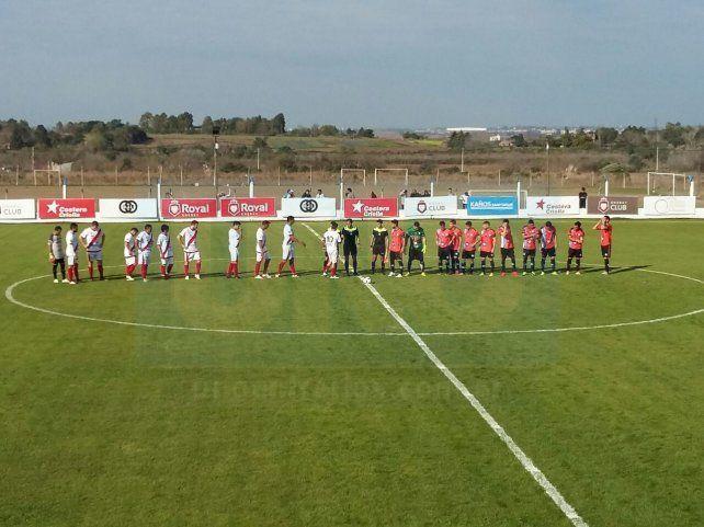 Belgrano y Colegiales de Concordia en el saludo FIFA. Foto UNO