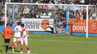 El gol de Belgrano pese a la estirada del arquero visitante. Foto UNO Diego Arias.