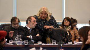 Diputados. Tonelli escucha lo que le cuenta Lilita Carrió.